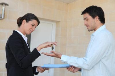 кто оплачивает нотариуса при продаже квартиры